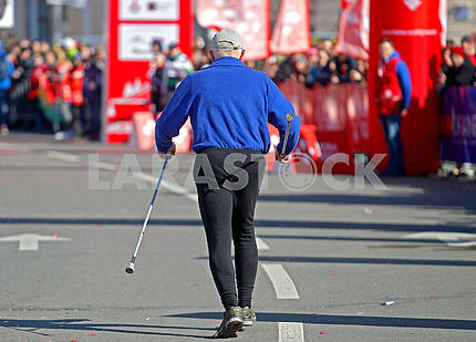 Мужчина с трекинговыми палками на дистанции