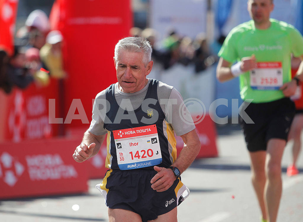 An elderly runner at a distance — Image 54401