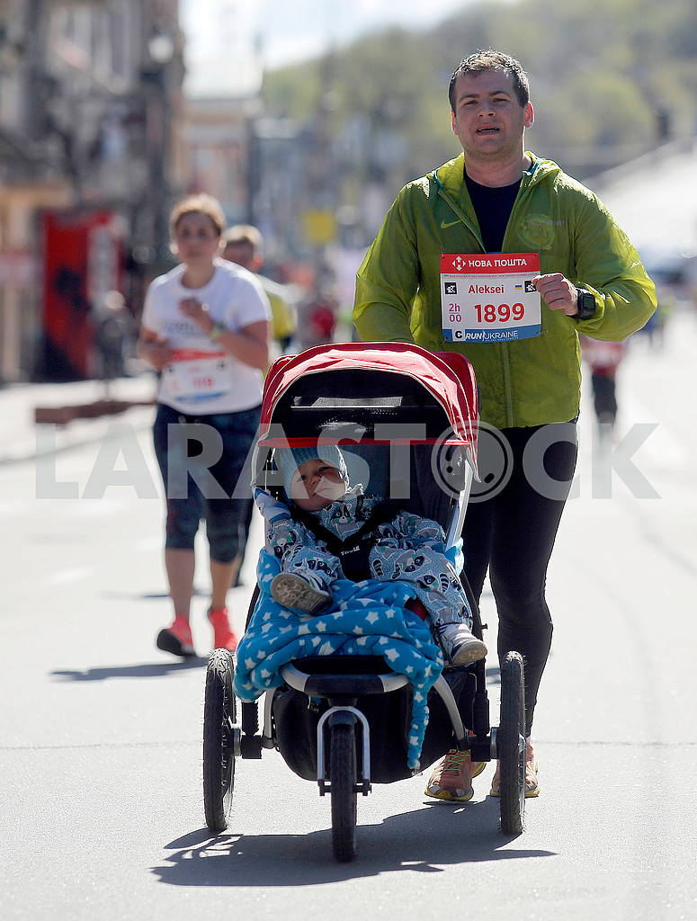 A man with a stroller in the half marathon — Image 54404