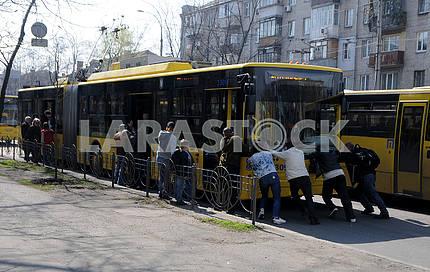 Люди толкают троллейбус