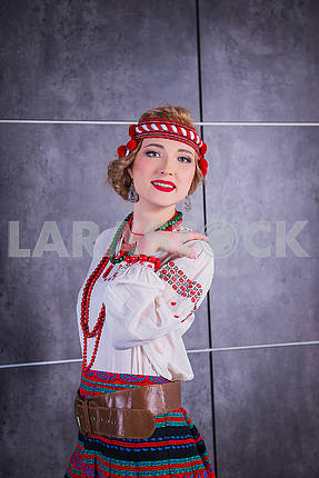 Красивая девушка в национальном украинском костюме. захваченный в студии. Вышивки и пиджак. венок. красные губы. светлый. Исторический костюм. Национальность - украинка