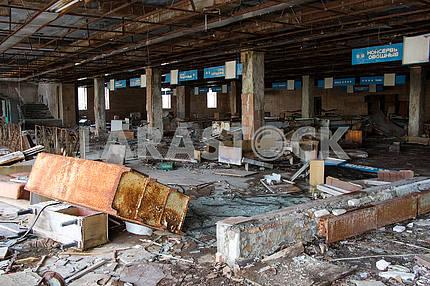 Разрушенный магазин в Припяти