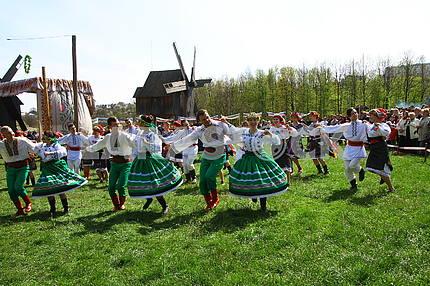 Танцюристи на фестивалі