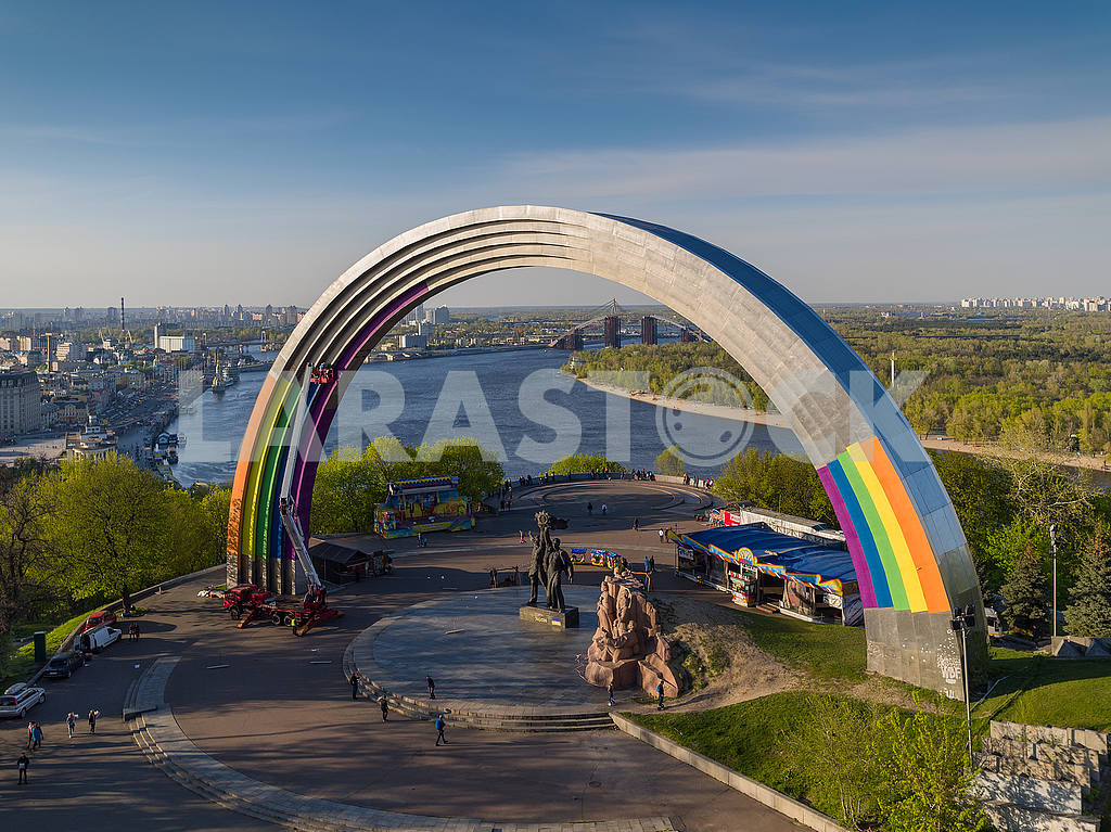 "Art installation ""Arch of Diversity"" on the Arch of Friendship of Peoples — Image 55003"