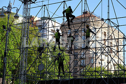 Workers mount a fan zone on Khreshchatyk