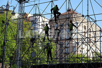 Workers mount a fan zone on Khreshchatyk