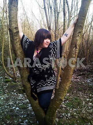 Женщина в дереве