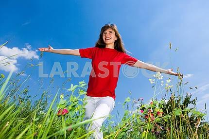 Девушка в поле injoying летом