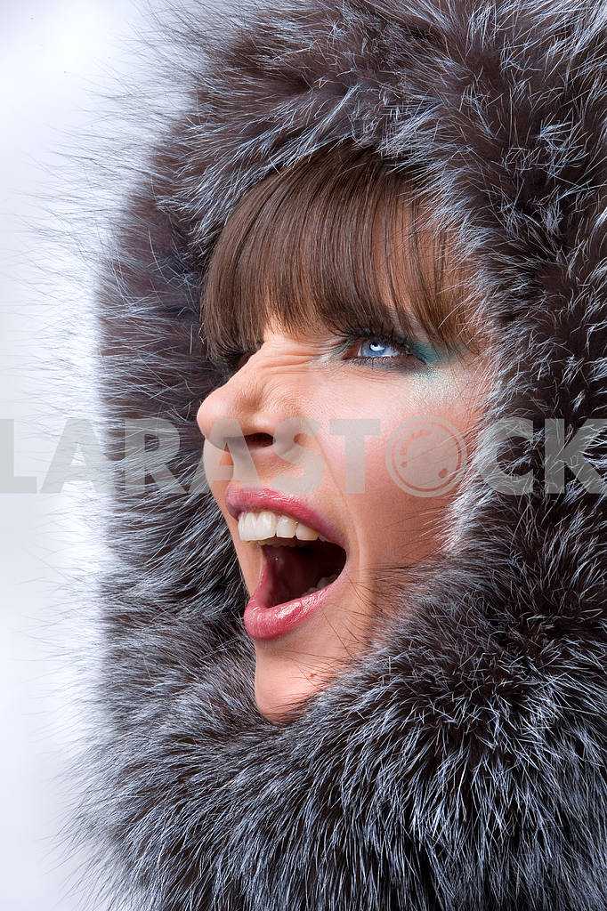 Portrait of the beautiful, shouting young woman with a fur hood — Image 5563
