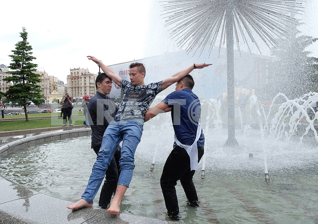 Schoolboys bathe in fountains — Image 55912