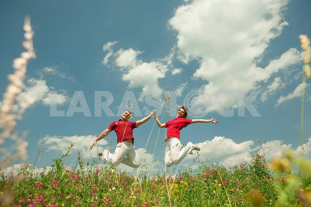 Молодые любви пара, улыбаясь в голубое небо — Изображение 5601