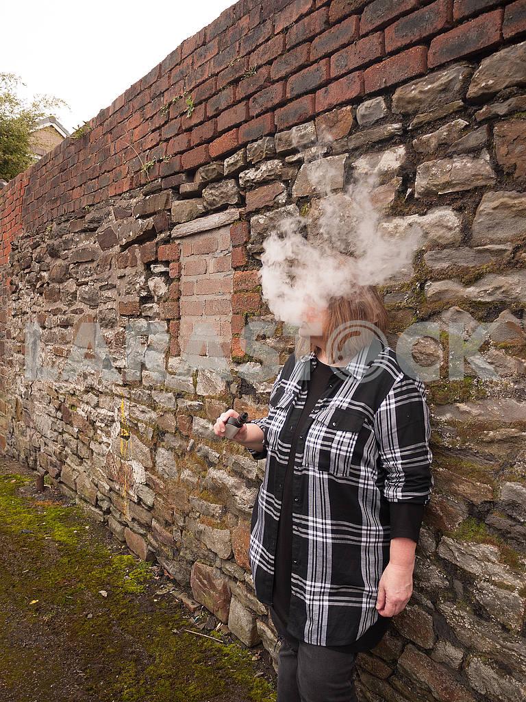 Зрелая женщина курит электронную сигарету — Изображение 56083