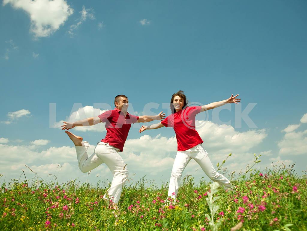 Молодые любви пара, улыбаясь в голубое небо — Изображение 5624