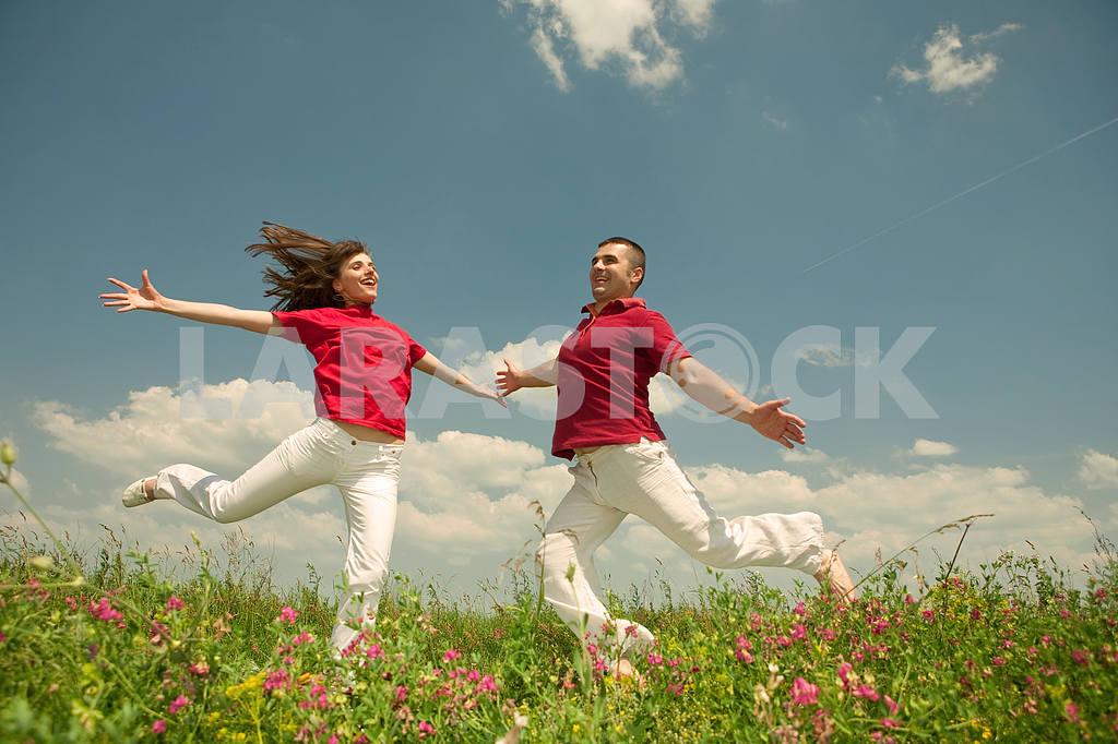 Молодые любви пара, улыбаясь в голубое небо — Изображение 5626