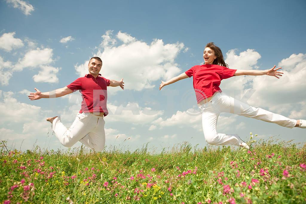 Молодые любви пара, улыбаясь в голубое небо — Изображение 5638