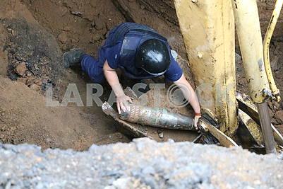 Demining 152 mm shell