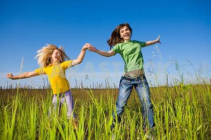Счастливая мать и дочь на поле