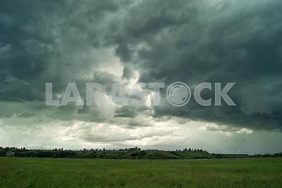 Дождливые облака в зеленой долине