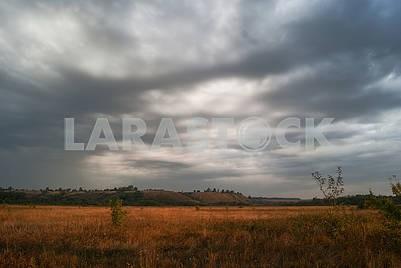 Красивые кучевые облака над лугами и полями в долине