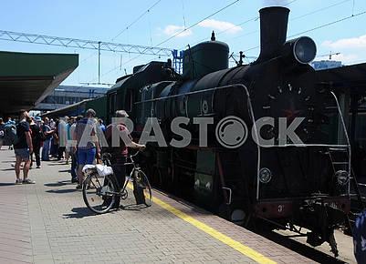 Ретро-поезд на железнодорожном вокзале