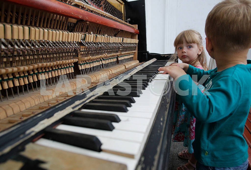 Children near the piano — Image 57658