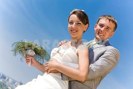 Портрет улыбается жених и невеста на синем небе