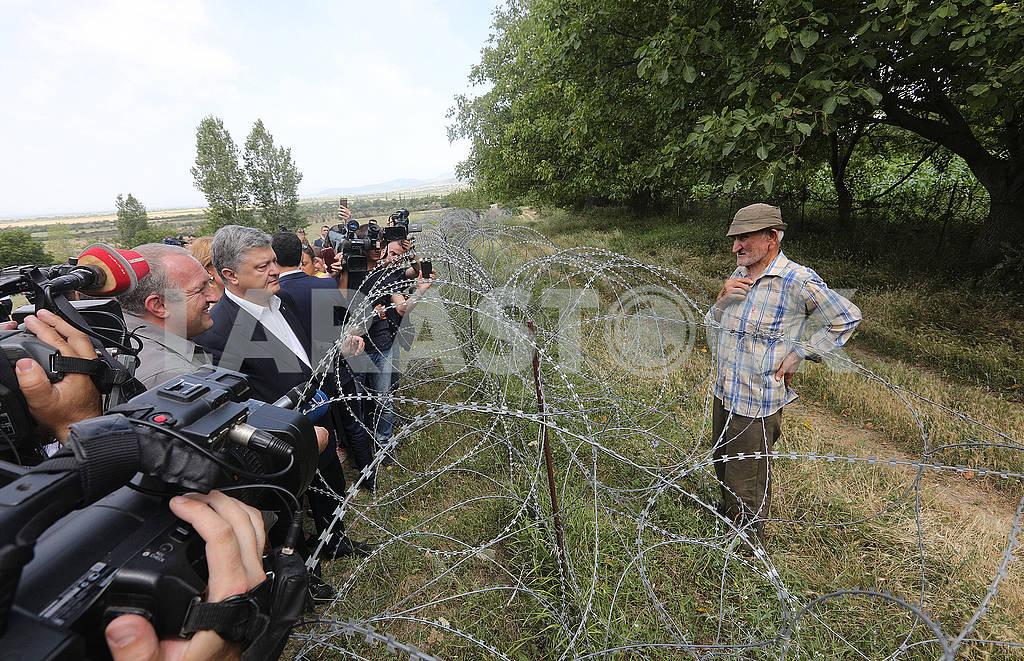 Petro Poroshenko on the line of demarcation with South Ossetia — Image 57879