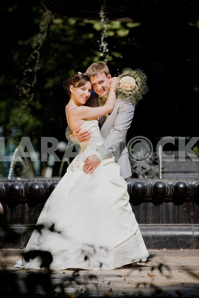 Groom and bride joy against backdrop fountain. In all growth. — Image 5790