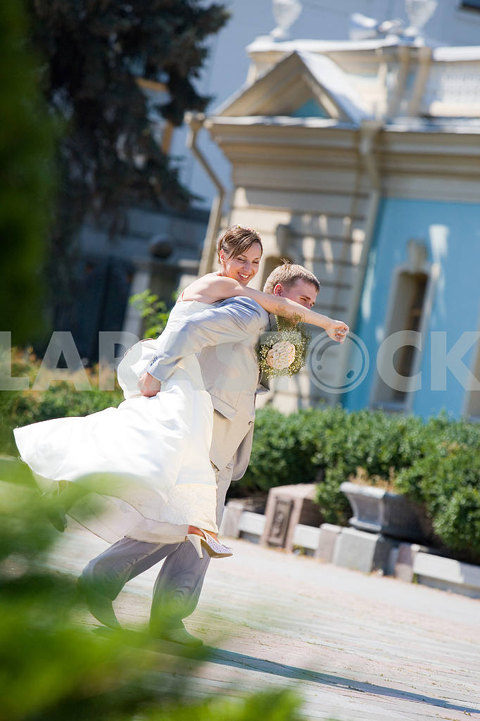 Groom and bride jumping — Image 5793