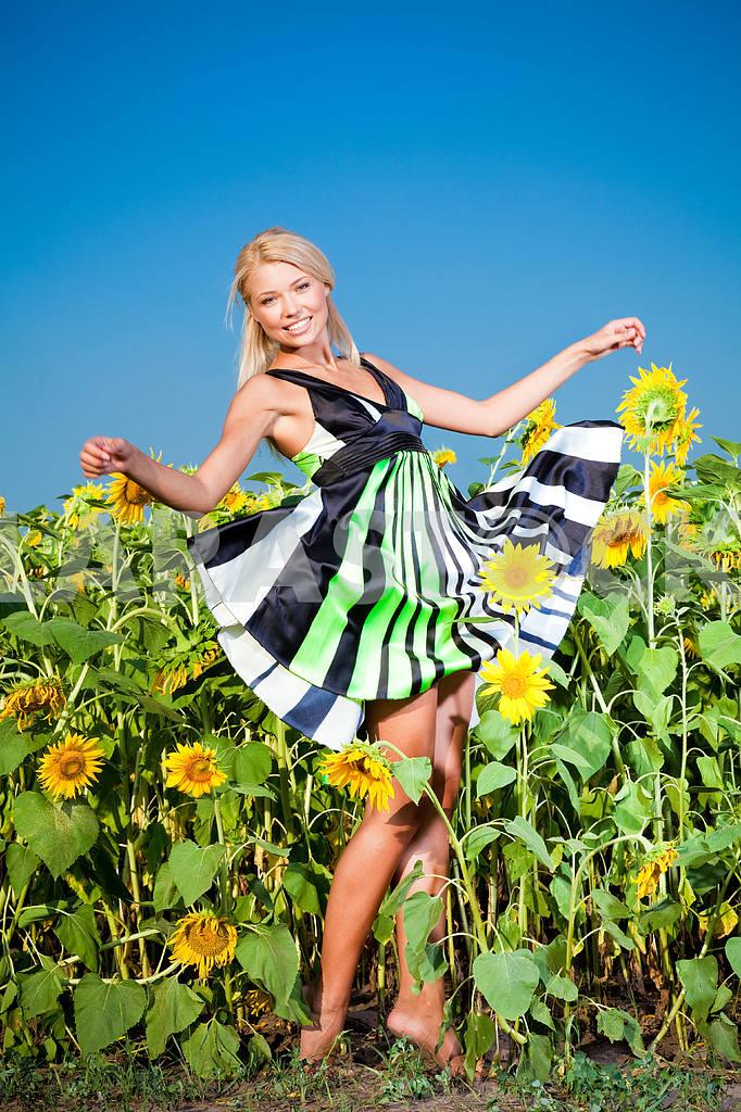Счастливый молодая женщина в поле подсолнухов — Изображение 5844