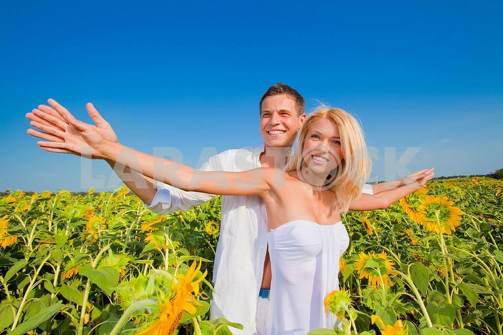 Молодые любви пара, улыбаясь в голубое небо — Изображение 5854