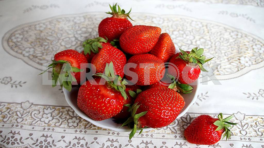 Fresh, delicious ripe berries and fruits are healthy! — Image 58668