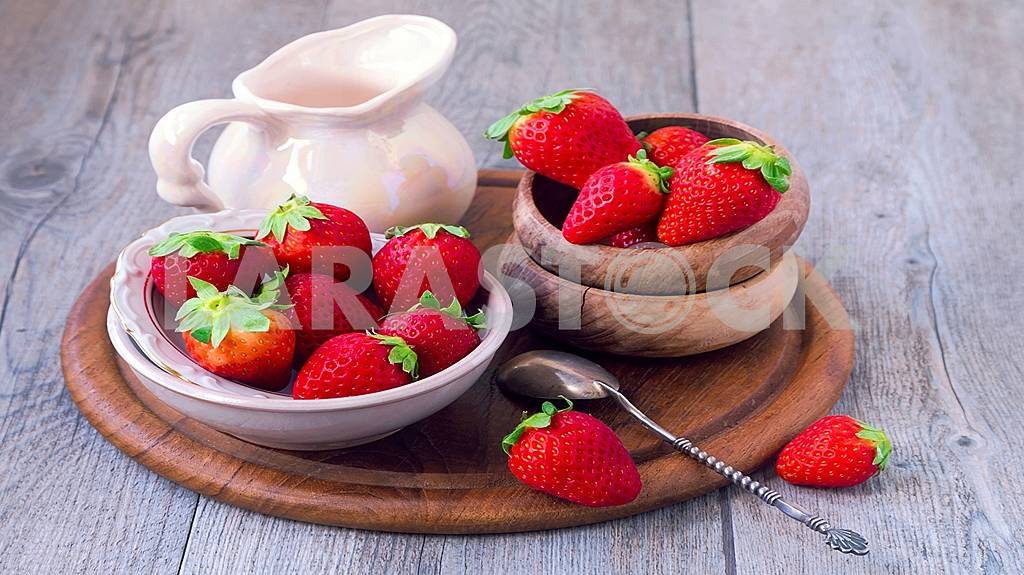 Fresh, delicious ripe berries and fruits are healthy! — Image 58733