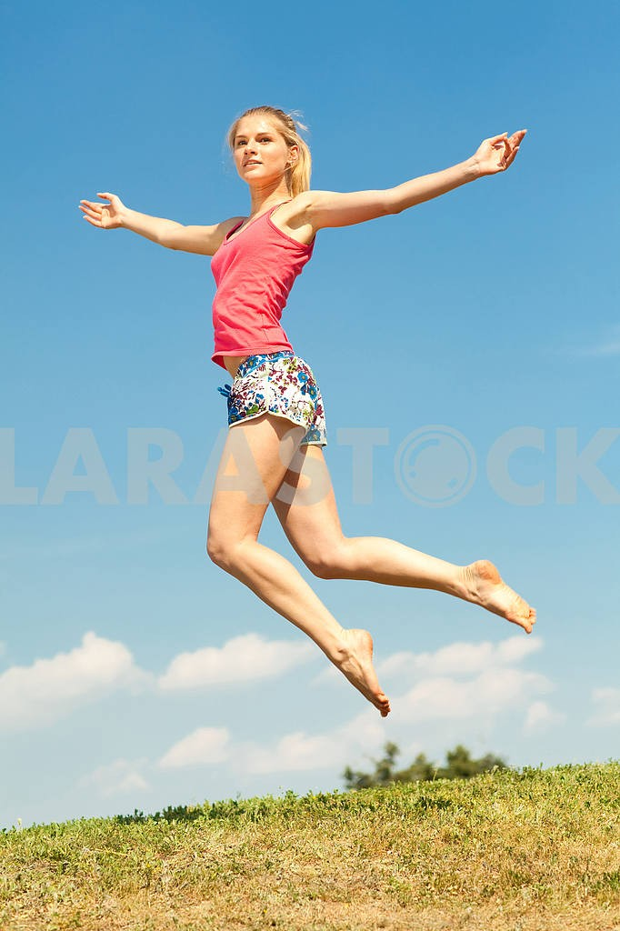 Happy young women jumping in field — Image 5905