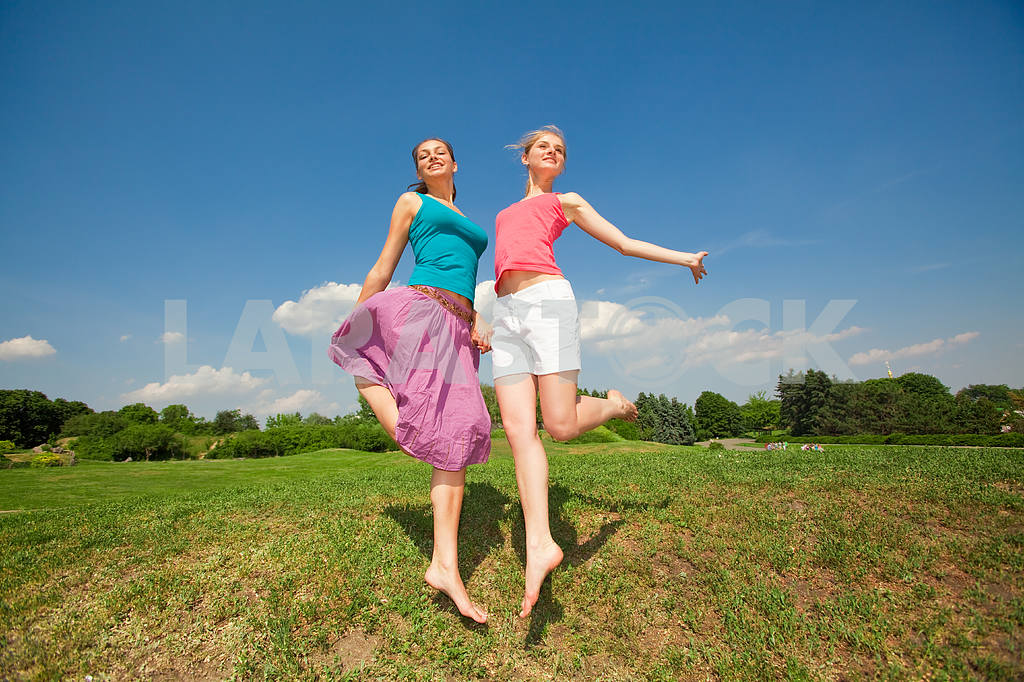 Happy people is jumping in field — Image 5940