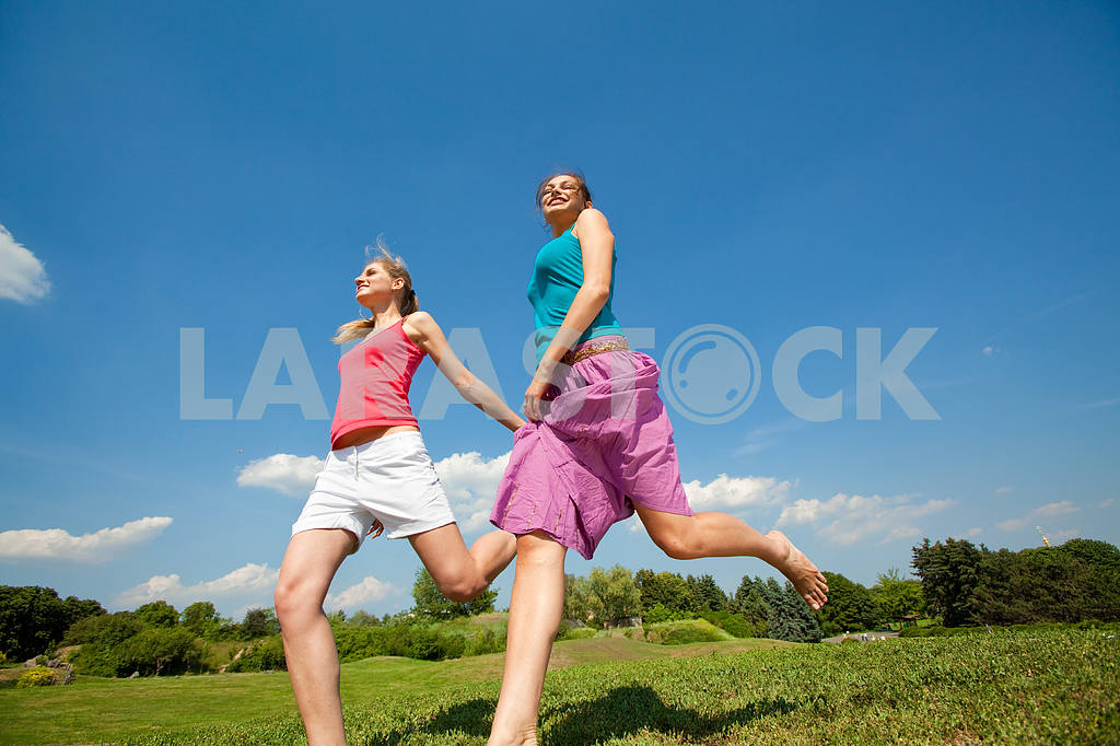 Happy people is jumping in field — Image 5949