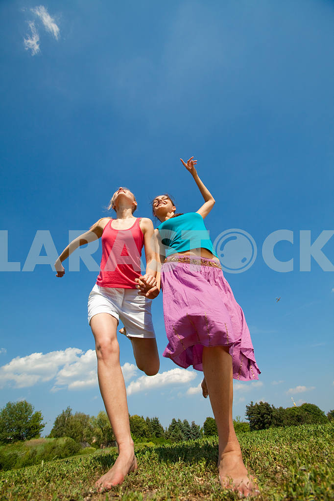 Happy people is jumping in field — Image 5951