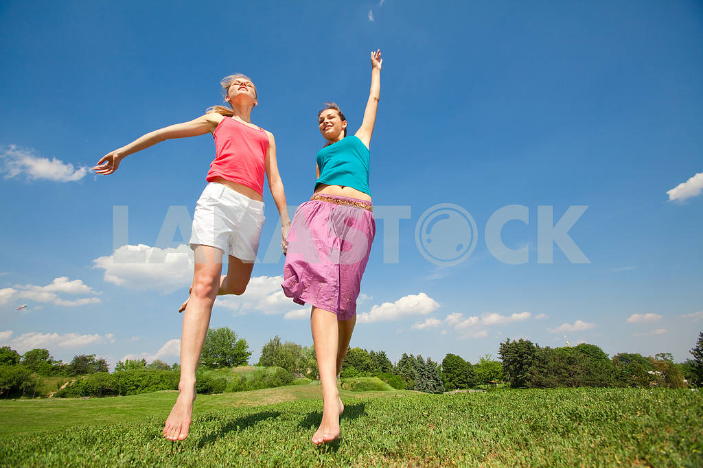 Happy people is jumping in field — Image 5952