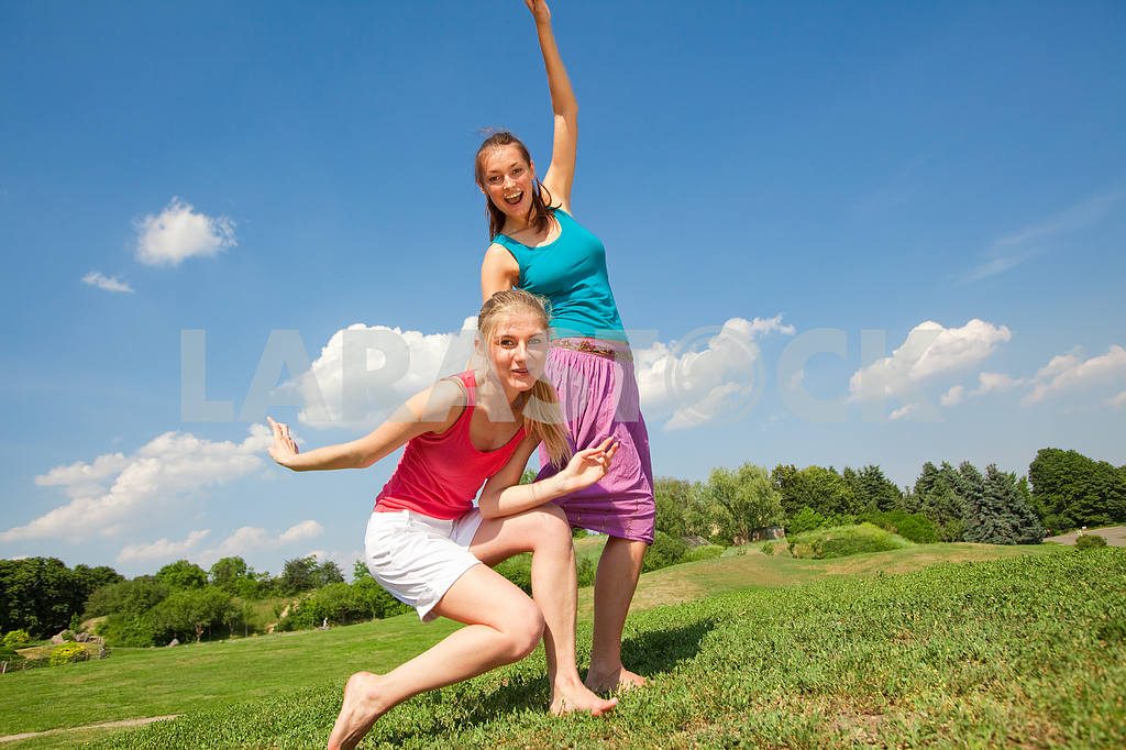 Happy people is jumping in field — Image 5953