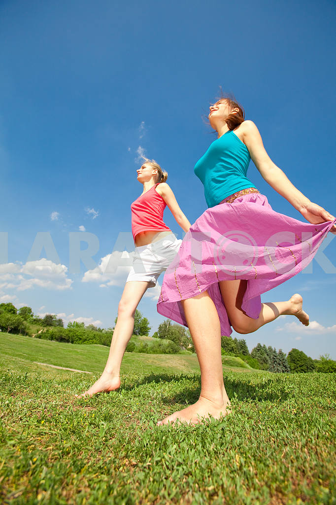 Happy people is jumping in field — Image 5956