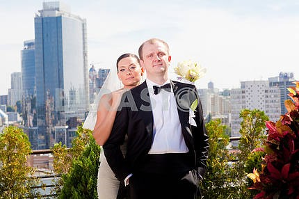 Portrait of newlyweds against the backdrop of the city