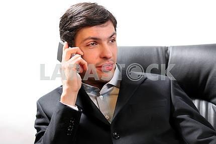Крупным планом портрет успешного красивый деловой человек разговаривает