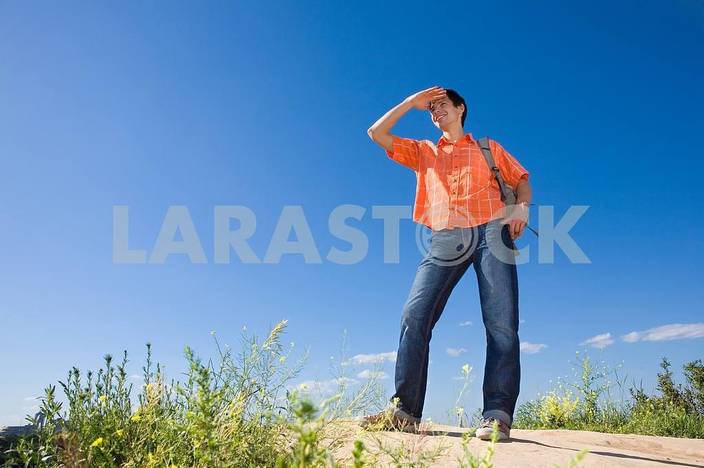 Красивый молодой человек, созерцая дальний цепь гор ап — Изображение 6026