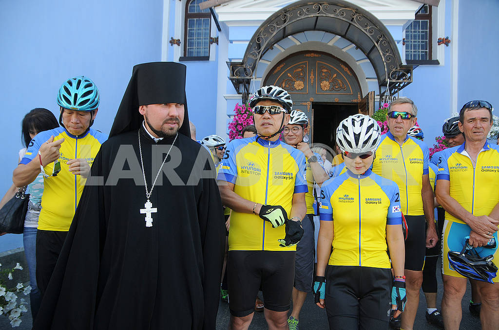 Participants of the bike ride and the priest — Image 60347