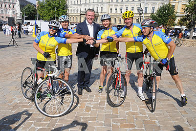 Participants of the bike ride and Sergei Bubka