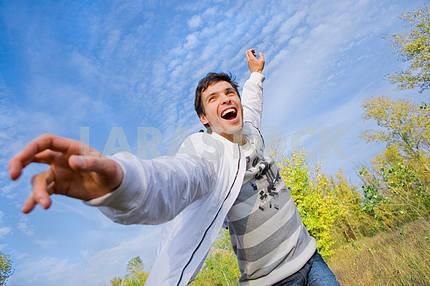 Счастливый молодой человек - летит в синем небе .