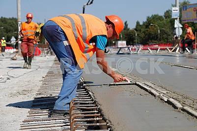 Рабочие ремонтируют путепровод