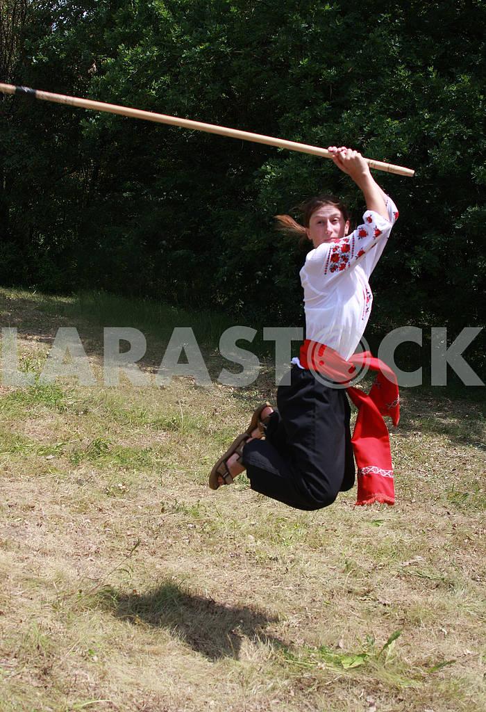 Девушка с палицей в прыжке — Изображение 60607