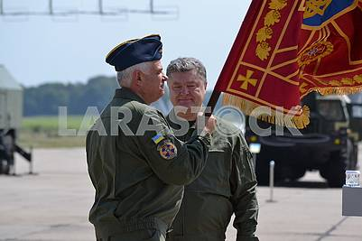 Petro Poroshenko hands combat banner to Sergei Drozdov