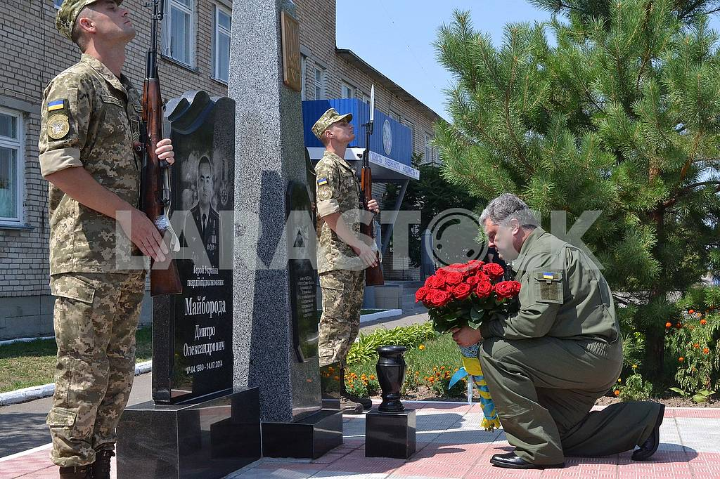 Petro Poroshenko lays flowers to the memorial to the hero pilots who died in ATO — Image 60774